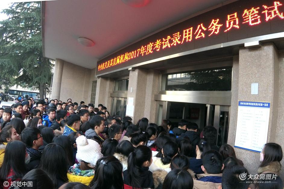 11月27日,2017年度中央机关及其直属机构公务员招考笔试拉开序幕。