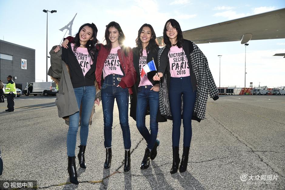 当地时间2016年11月27日,2016维多利亚的秘密大秀开幕在即,维密超模离开巴黎现身机场。身穿维密粉色t恤的超模们在机场刮起一场长腿盛宴。