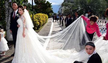新娘披6公里长婚纱 560人挽着绕行景区