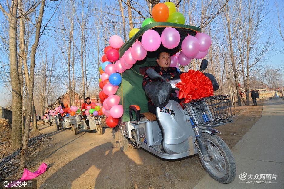 12月16日,山东日照,莒县刘官庄镇戚家砚疃村,今年28岁的新郎戚德春用电动三轮车做婚车接新娘戚娜。
