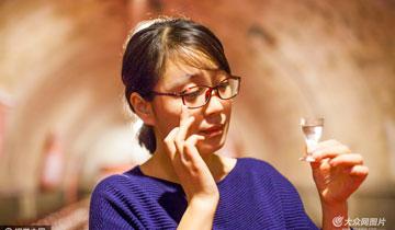 图片故事:女品酒师的一天 日饮