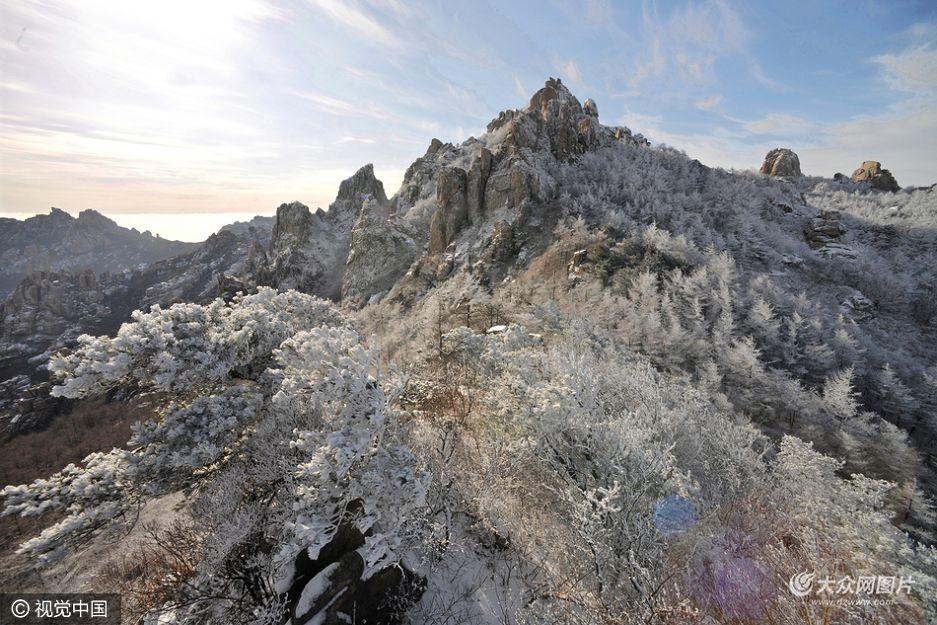 12月23日以来,随着寒流来袭,青岛地区雾霾渐退,离市区不过百里的崂山,迎来了一年一度的冬景观赏最佳时机。
