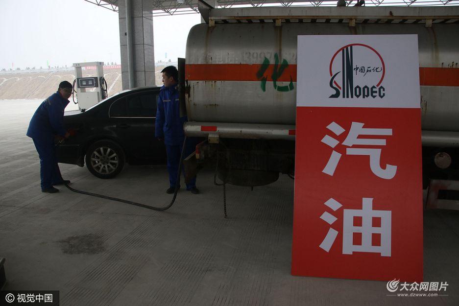 12月28日,山东滨州,一辆洒水车临时改装的加油机为车辆加油。