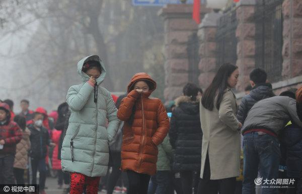 重雾霾持续 济南小学生迎期末考坚持上课