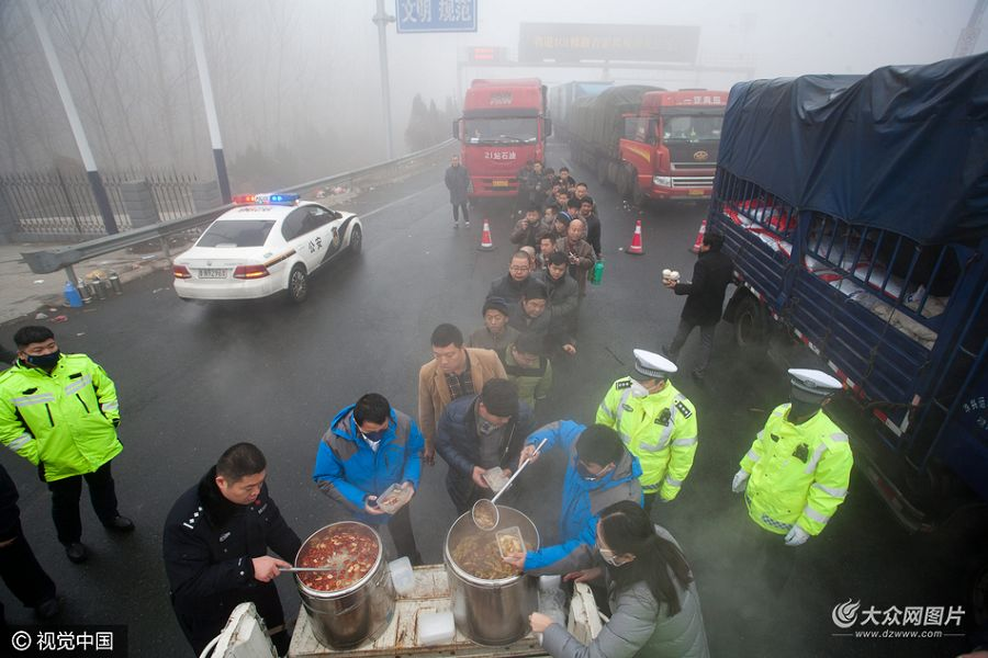 1月4日,山东德州,京台高速德州段,由于大雾影响,京台高速北京方向鲁冀收费站附近有大约2公里左右的堵车现象。