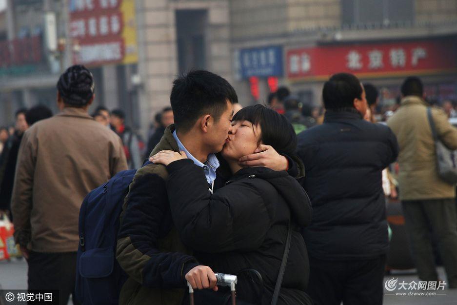 春运临近,辛苦了一年的农民工们开始收拾起大包小包的行囊提前返乡。对于年轻的农民工情侣来说,过年回家则意味着分别,一对小情侣在北京站前广场足足亲吻了半小时还依依不舍。