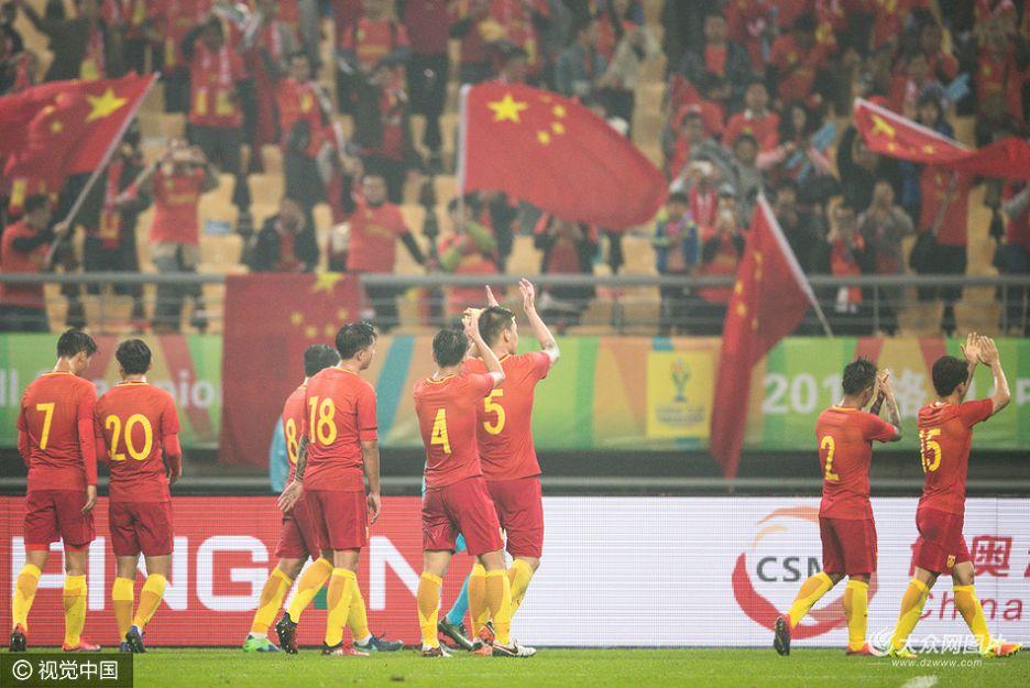 北京时间1月10日晚,首届中国杯在广西南宁揭幕,中国男足0-2负于冰岛队。中国队在前60分钟比赛时间内占据优势,但未能把握住得分机会;冰岛队换将调整后在比赛后段连入2球获胜。