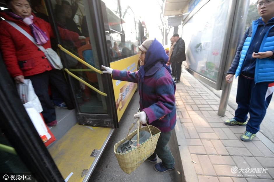 家住济南历城区仲宫镇的88岁田老太,每天往返30公里进城,来到七里山便民市场卖自己从山坡挖掘的野菜,每斤售价5元,一天最多也只能卖25元。