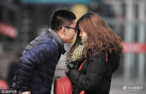 青岛:春运返乡忙 情侣依偎不忍离别