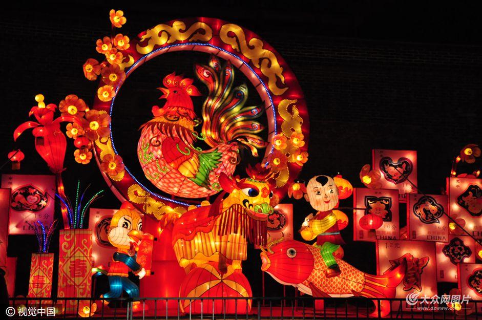1月21日,在山东聊城中华水上古城内,各式各样的花灯彩灯交相辉映,美轮美奂,给景区增添了浓浓的年味。
