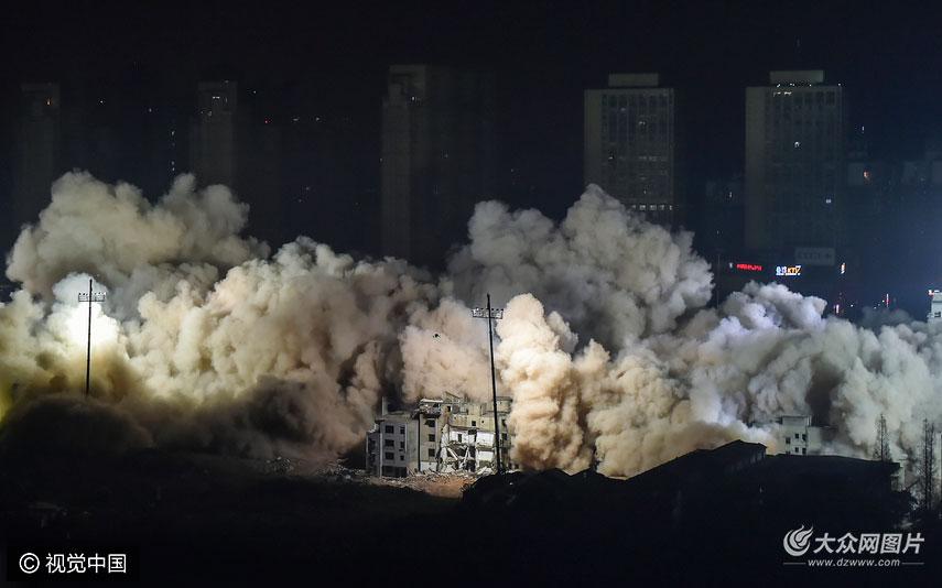 1月21日晚11时50分许,随着一声令下,武汉汉口滨江国际商务区内的19栋楼房在隆隆爆破声中顺次倒下,全过程共历时约10秒。