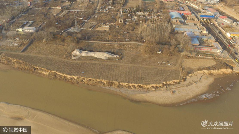 """1月22日,在济南黄河段泺口浮桥西北角,航拍巨型""""黄河母亲""""雕塑,场面十分壮观。"""