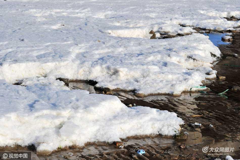 青岛:寒潮至 胶州湾海冰再起
