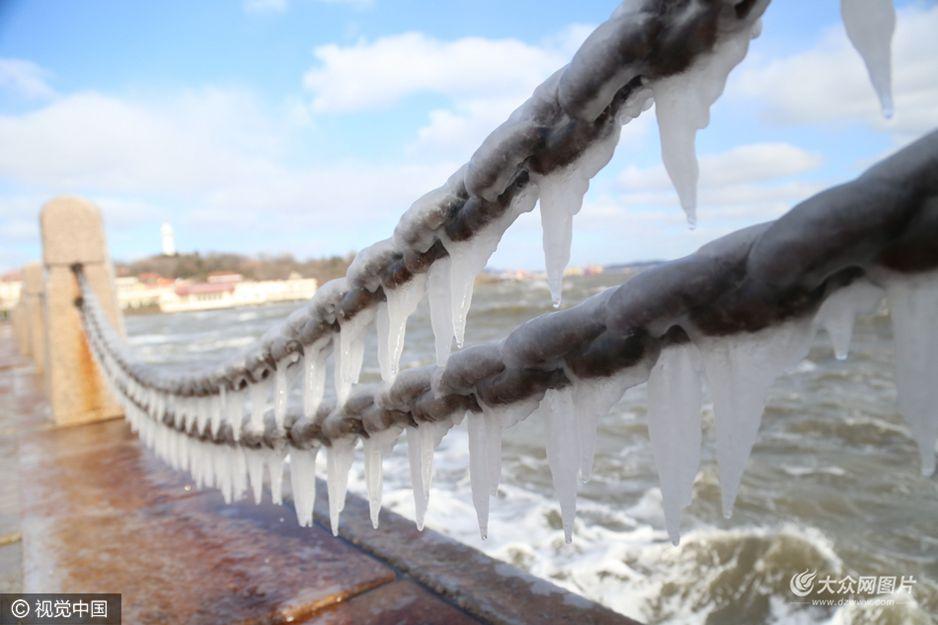 1月30日,大年初三,山东省烟台市遭遇大风降温天气,海边的铁锁挂上一层厚厚的冰凌。