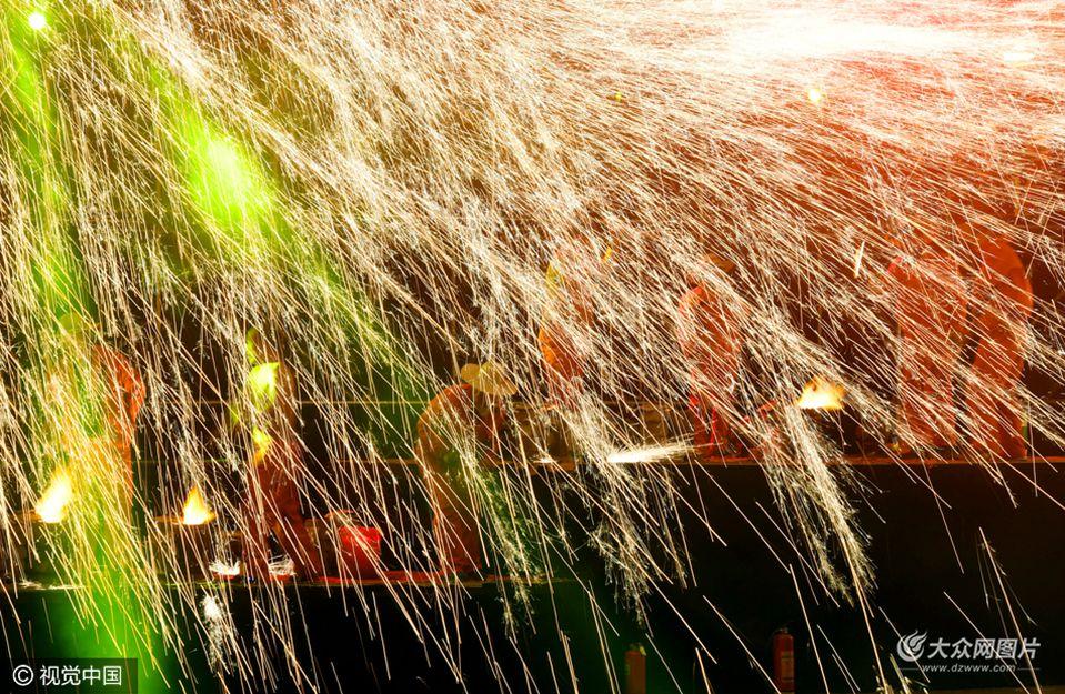 """2月1日,一场大型民间传统焰火表演""""打铁花""""在郑州举行。表演时,几十名打铁花者一棒接一棒,铁花飞溅,如火山喷发,蔚为壮观。"""