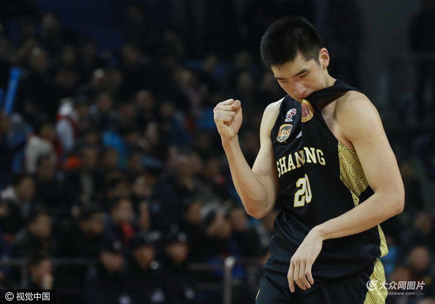 大众网2月5日讯 在今晚进行的CBA第32轮比赛中,客场作战的山东男篮98-95险胜吉林男篮,取得四连胜,由于此前排名第8的北京在客场输给了广东,山东男篮的领先优势扩大,季后赛在望。