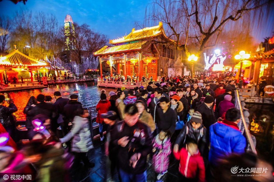 2月7日,元宵节即将到来,济南趵突泉公园内人潮鼎沸,上万名游人选择在泉畔欣赏璀璨的花灯。