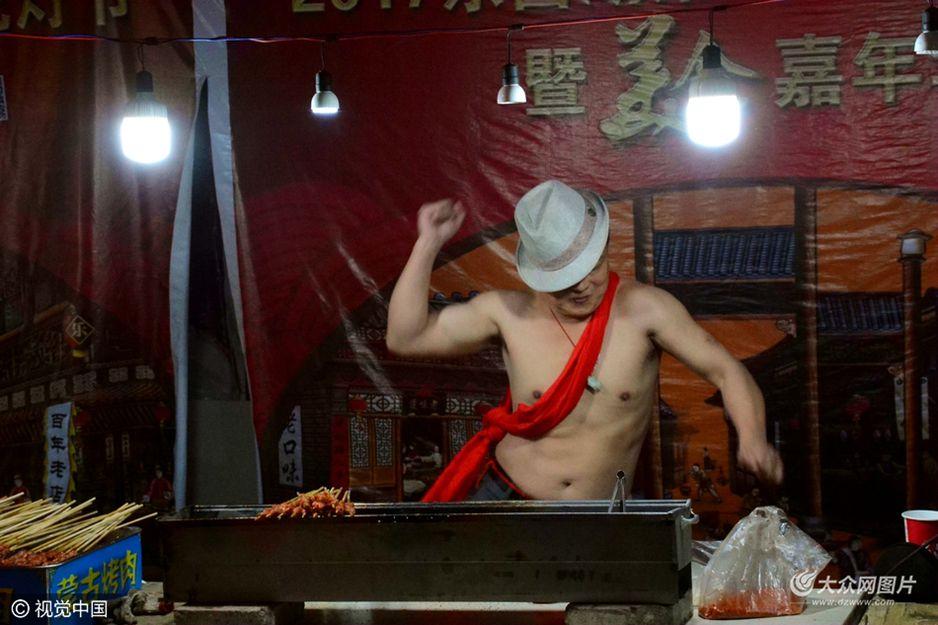 2月7日,山东聊城街头,两位烤串小哥为揽人气一边烤串一边赤膊舞蹈,当时气温达到零下五度,激情丝毫不减。有趣动感的舞蹈吸引了不少顾客围观拍照。