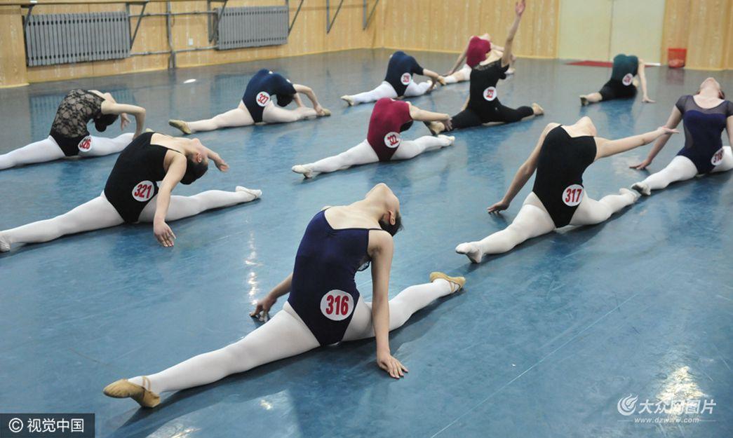 直击山东艺术学院舞蹈专业复试考场 考生展优美舞姿