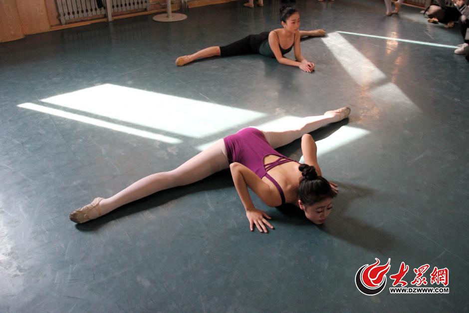 2月15日,山东济南,在山东艺术学院舞蹈专业的复试侯场室里,考生们忙着劈叉、压腿等高难度动作。大众网记者 王长坤 孙杰 实习生 孙明悦 摄