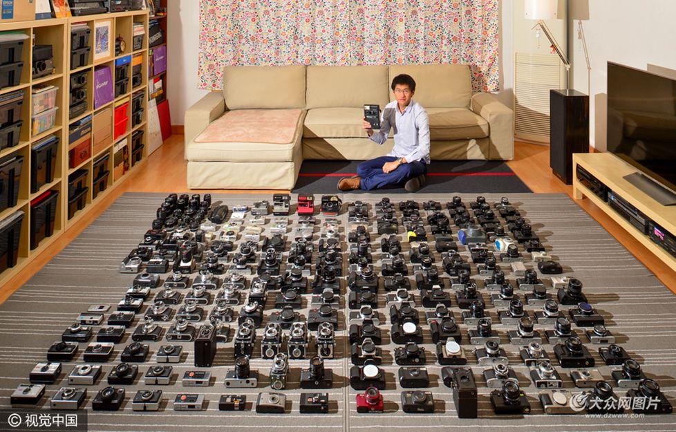 腾空整个客厅,整理40个收纳箱,铺1万张135底片面积大小的灰色地毯,摆满自己收藏的210台古老相机,就为给它们拍张全家福。2017年的这个春节成都小伙子李康足不出户,就捣腾这一件事。