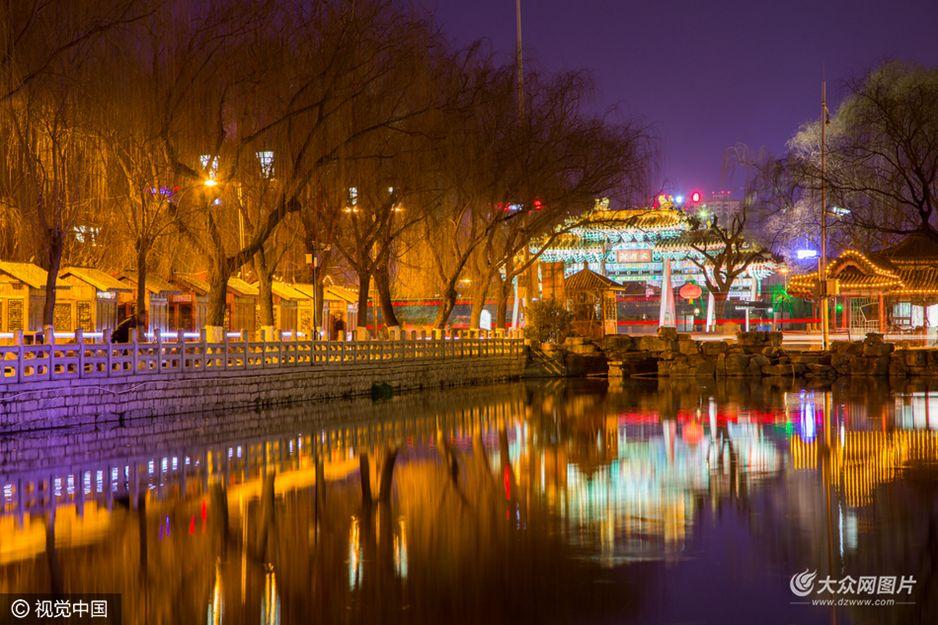 2月23日,济南,一场春雪过后,空气质量良好,傍晚时分,天边夕阳火烧云甚是美丽,百花洲的建筑也都亮起了灯,在静谧的夜色下,像一幅油画。
