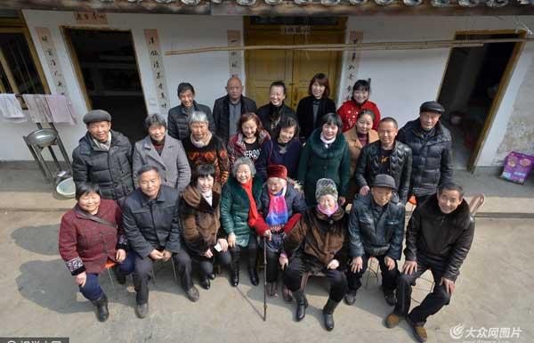 """四川彭山现""""四千岁""""之家 全家96口人加起来3850岁"""