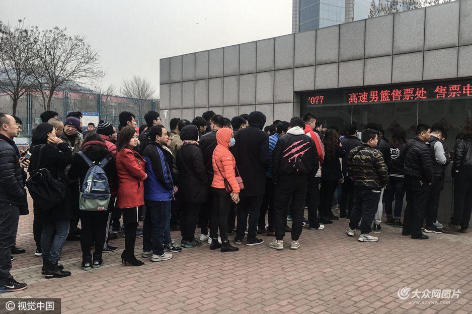 山东男篮主场球市火爆 球迷排长队购季后赛门票