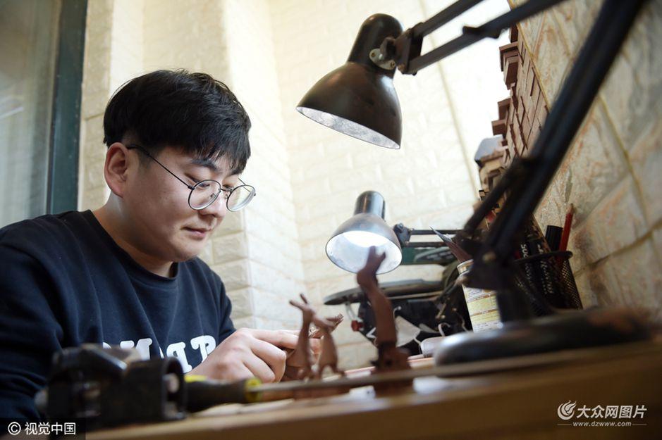 青岛一90后兔子雕刻师 不到10天赚了半年工资