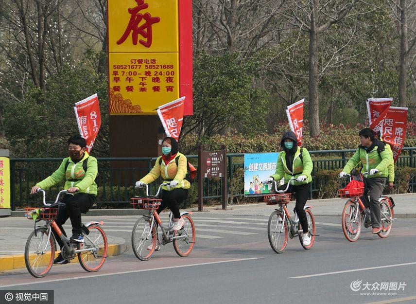 3月5日,山东省济南市,随处可见的摩拜单车成为不少市民绿色出行的首选,同时一些商贩则将占用大量摩拜单车,将其变成了自己的宣传产品的廉价工具,雇佣人员骑车宣传产品。
