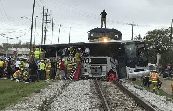 美国载50人大巴与火车相撞 被推行100米