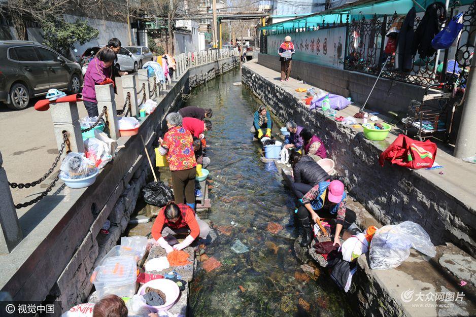2017年3月8日,济南五龙潭附近一条清澈见底的河道内,市民大盆小盆排队洗衣服,据周围市民了解得知这条河水是从五龙潭流出的泉水,市民对此行为感到惋惜,希望有关部门能尽快管理起来。