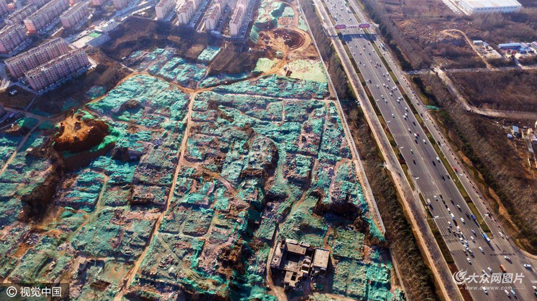 """2017年3月9日,在济南东部,航拍城市中即将消失的城中村,恍若艺术家完成的一幅幅绝美的抽象""""油画""""一般,在高空中俯瞰,显得十分壮观。随着济南各大城中村的改造与拆迁,城市中的城中村渐渐的在人们的视线中消失。"""