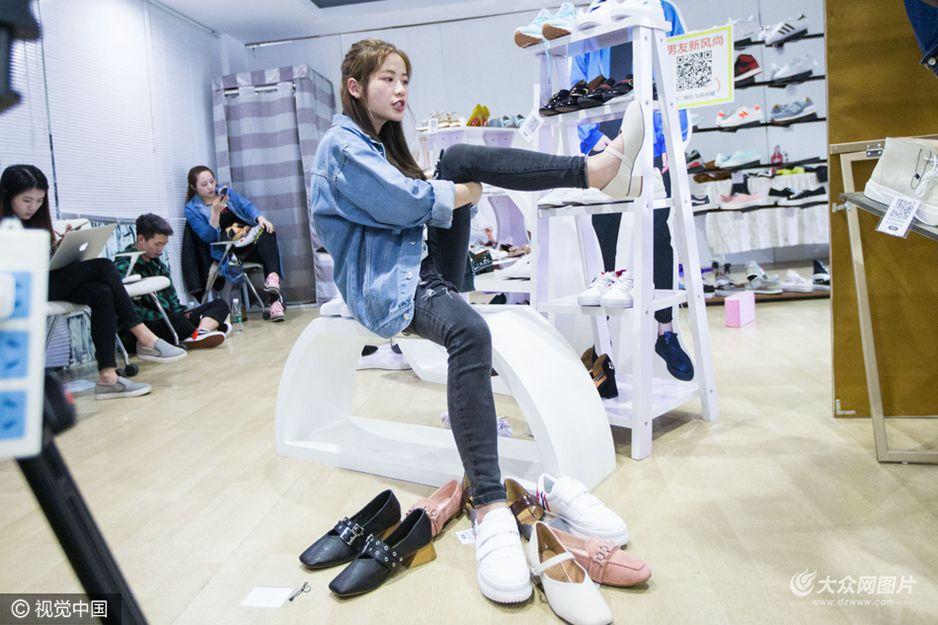 """3月9日,浙江省杭州市,一名名叫""""老姚哎""""的女红人在一小时内直播共试穿了20多双鞋子,每两三分钟就要试穿一双。为了让网友能更清楚看到试穿效果,网红还需要变换各种姿势和角度。"""