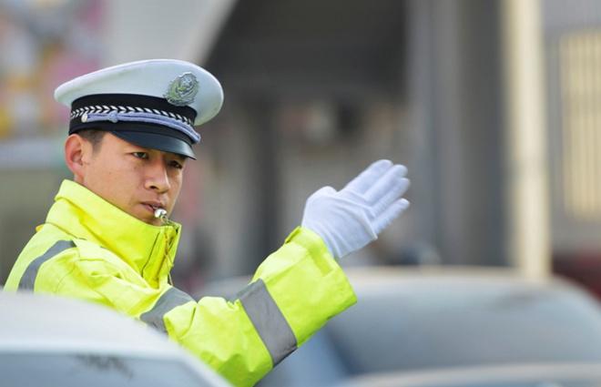 每天领学生过斑马线400余趟,镜头记录邹平人口中的最美交警
