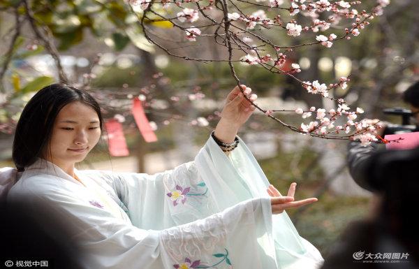 济南学生萌妹子穿汉服 诵诗赏花祭花神