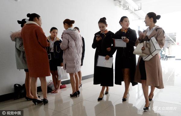 济南空姐招聘进高校 女生卖萌秀美腿
