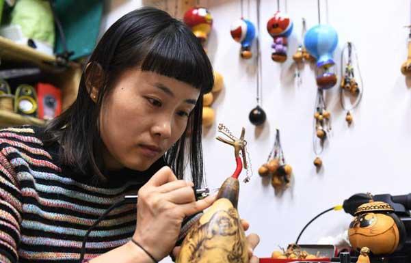 """""""80后""""女孩3年创作5000余葫芦烙画工艺品"""