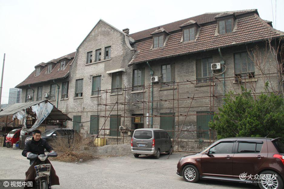 """3月17日,在山东济南历山路47号宿舍大院,百年历史的方济圣母传教修女会院老建筑外被人""""圈地""""成鸡圈与菜园棚。"""