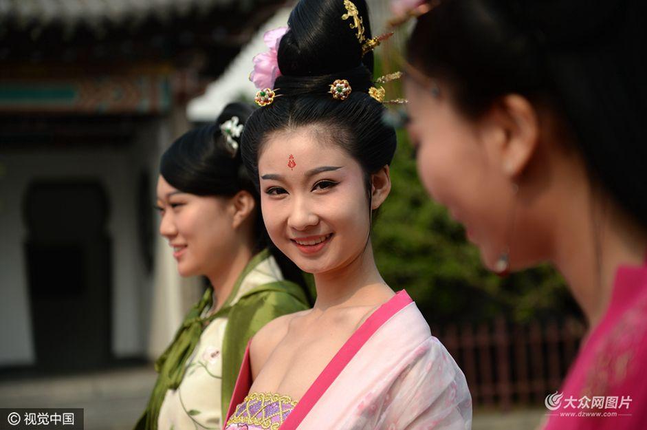3月18日,济南五龙潭第16届樱花节开幕,园区内百余株樱花绽放,吸引众多游客入园赏花。