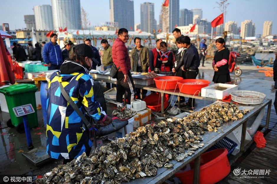 青岛:新鲜海鲜上岸 市民争抢尝鲜