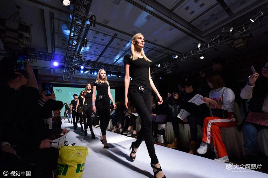 3月20日,2017春季百模面试会在杭州举行。据了解,这次百模面试会是首次在杭州举行,共有来自国内外近200名模特参加面向服装厂家、淘宝服装店等商家进行走秀活动。