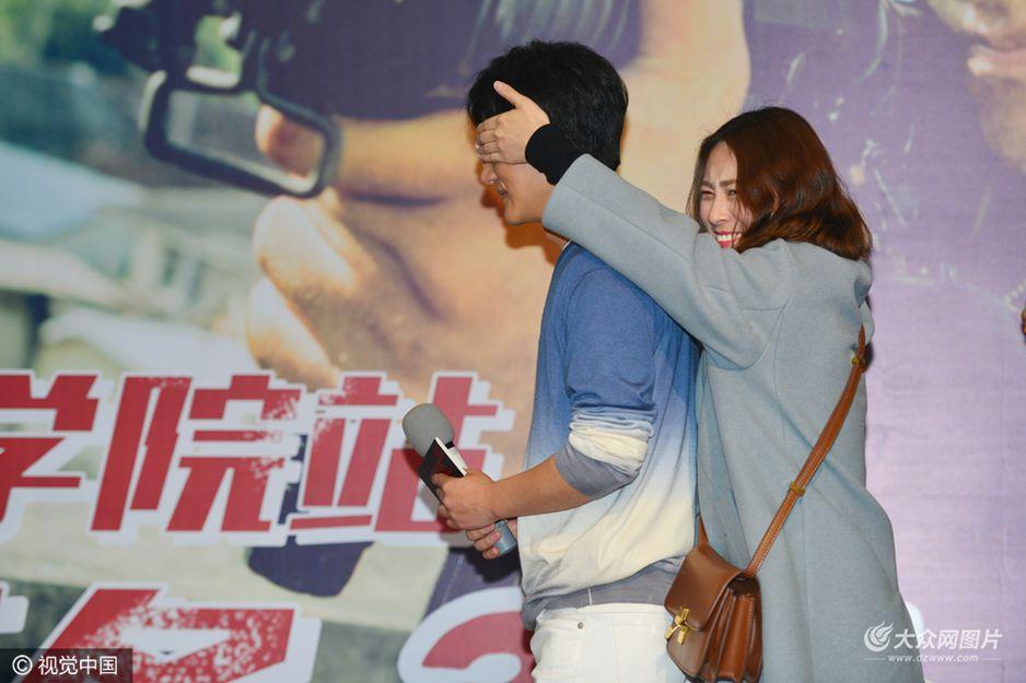 3月21日晚,黄轩携新电影《非凡任务》来到济南市山东艺术学院,与粉丝现场互动,并教受影视表演专业学生表演技巧。