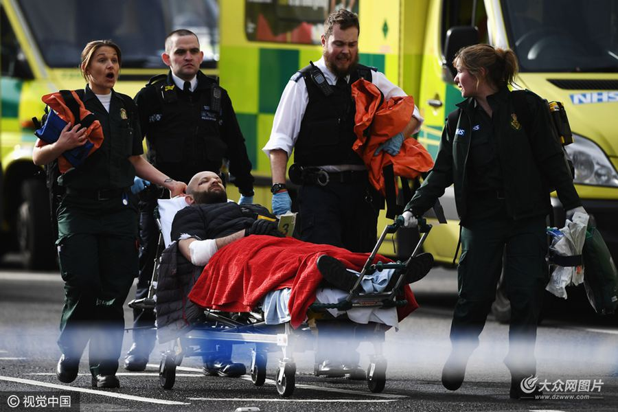 英国伦敦市中心议会大厦附近22日下午发生恐怖袭击事件,英国警方22日晚宣布,伦敦恐怖袭击死亡人数升至5人,另有约40人受伤。