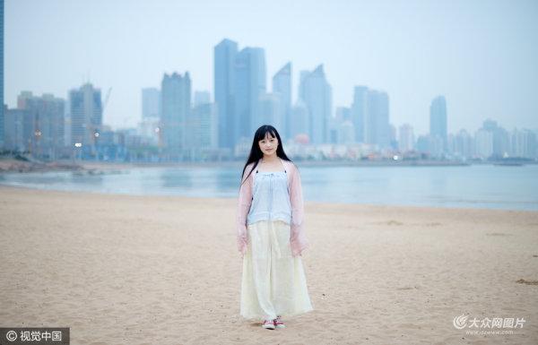 青岛女子常年穿古装上班逛街