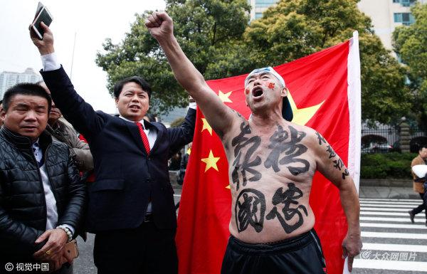 中韩之战即将开赛 球迷抵达场外热情助威