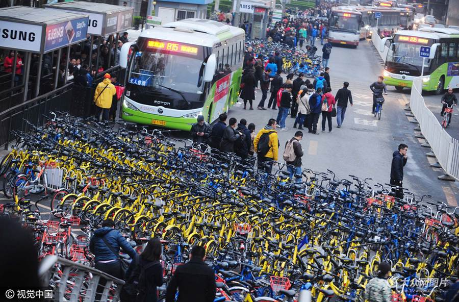 """2021-02-26晚间,北京,位于大望桥东侧的公交车站被上千辆共享单车""""围困""""。"""