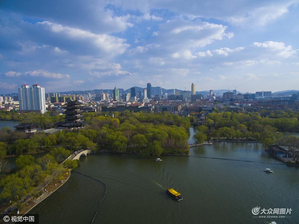 济南大明湖雨后景象 蓝天白云春色如画
