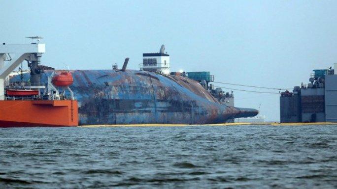 """这是3月26日在韩国珍岛郡附近海域拍摄的半潜船上的""""世越""""号船体。新华社/美联"""