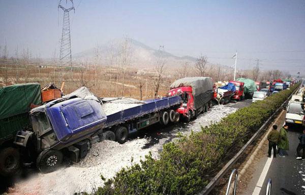 泰新高速15分钟发生5起事故 致2死10伤